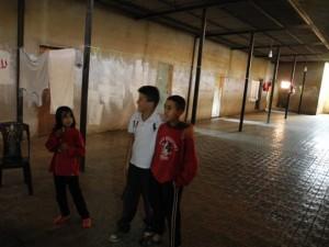 ラーミー・スクールの廊下とそこで遊ぶ子供たち